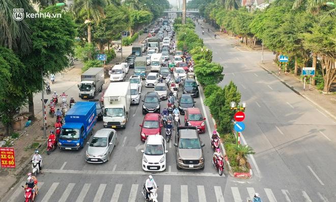 Toàn cảnh Hà Nội trong ngày đầu nới lỏng giãn cách: Đặc sản tắc đường, nhịp sống quay trở lại, người dân ùn ùn ra cửa ngõ rời Thủ đô - ảnh 15