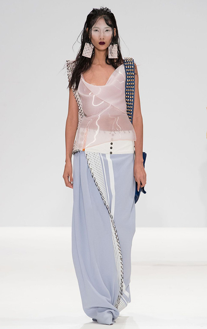 Mùa Fashion Week năm ấy, Hoàng Thuỳ lộ hàng - ảnh 10