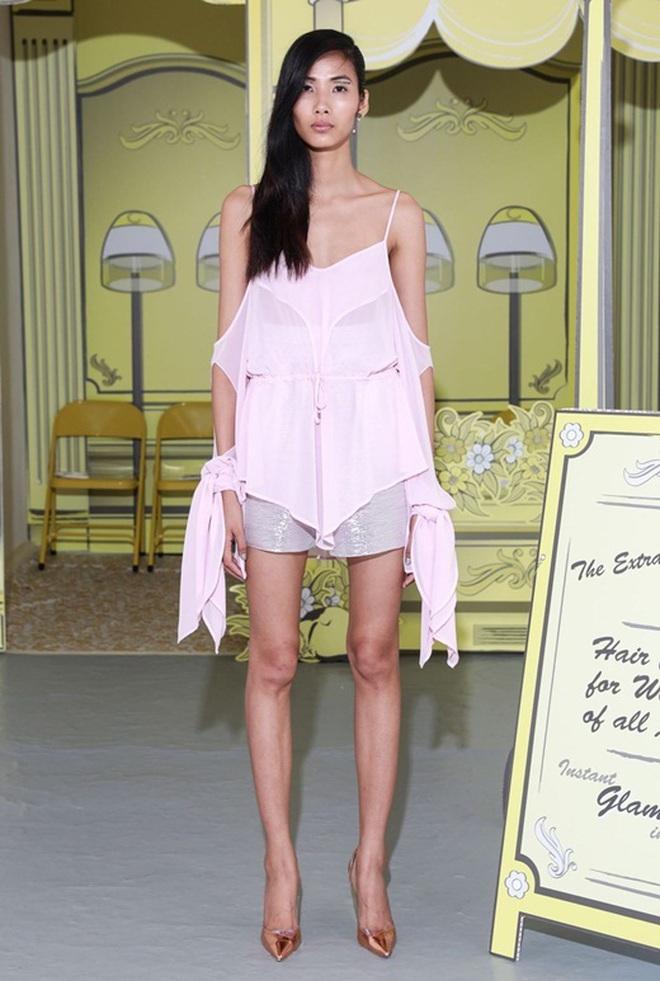 Mùa Fashion Week năm ấy, Hoàng Thuỳ lộ hàng - ảnh 9