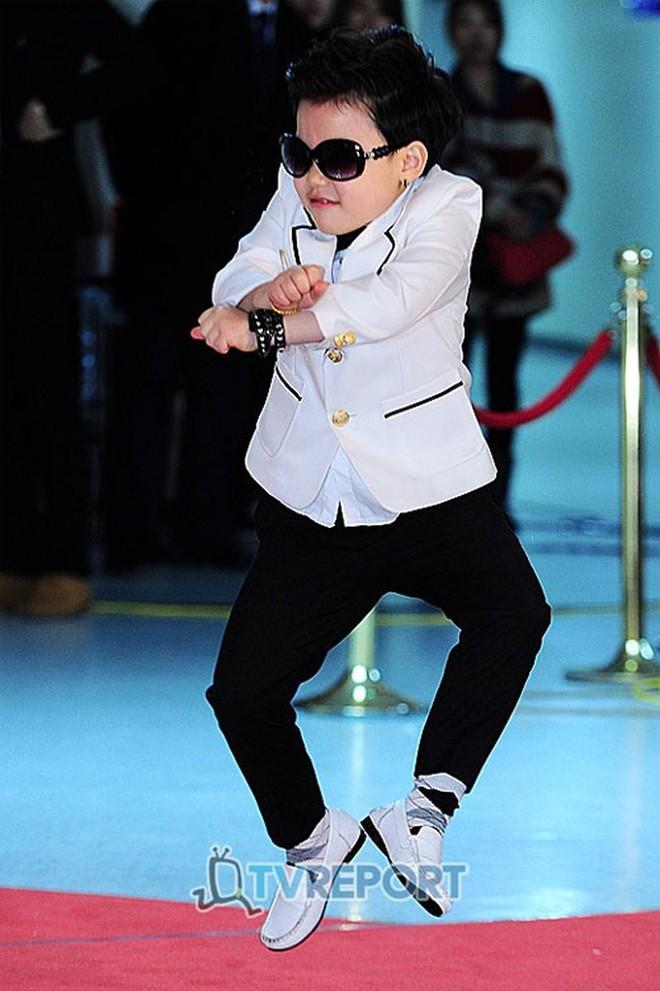 """""""Tiểu PSY"""" - cậu bé gốc Việt từng xuất hiện trong siêu hit Gangnam Style giờ ra sao sau khi được đặt nhiều kỳ vọng ngày bé? - Ảnh 2."""