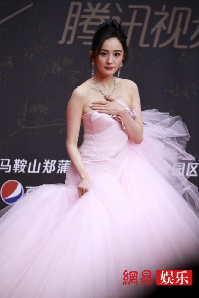 Sao Hoa ngữ có 4 lỗi thời trang mãn tính nhìn chỉ muốn phong sát cho bõ tức! - ảnh 12
