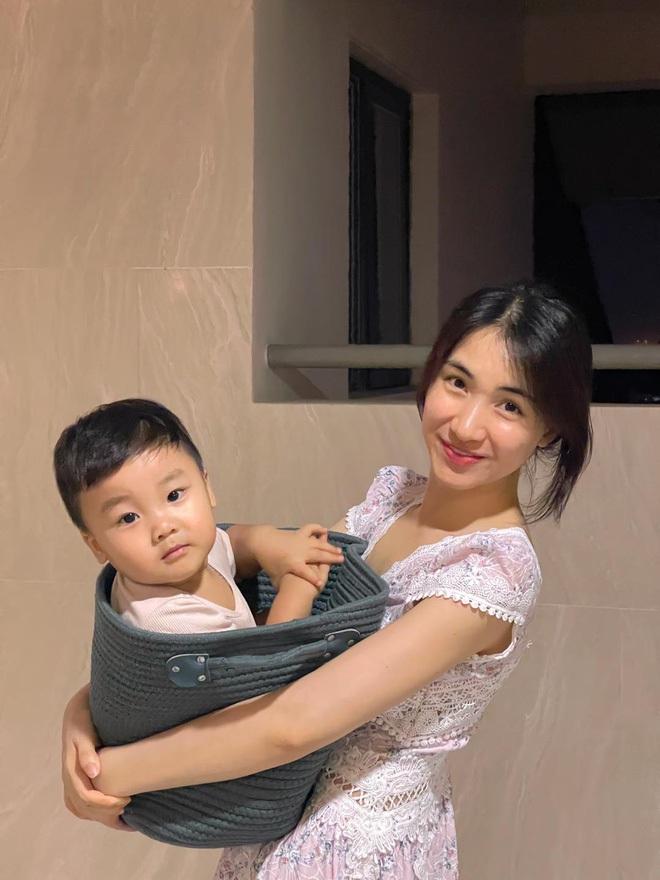 Hòa Minzy đu trend khoe nhan sắc mẹ bỉm đỉnh chóp, nhưng biểu cảm ngơ ngác tôi là ai, đây là đâu của bé Bo mới chiếm sóng - ảnh 5