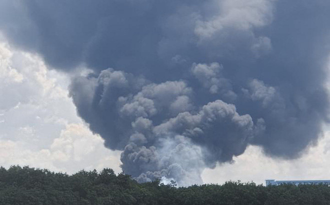 NÓNG: Công ty sản xuất mút xốp trong KCN ở Bình Dương chìm trong biển lửa, có công nhân ngất xỉu - ảnh 1