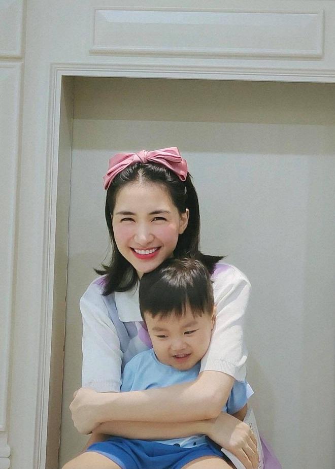 Hòa Minzy đu trend khoe nhan sắc mẹ bỉm đỉnh chóp, nhưng biểu cảm ngơ ngác tôi là ai, đây là đâu của bé Bo mới chiếm sóng - ảnh 6