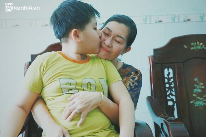 Ba mất sau khi nhiễm Covid-19, bé trai 8 tuổi xin mẹ đi tìm cây đèn thần để giúp ba hồi sinh - Ảnh 10.