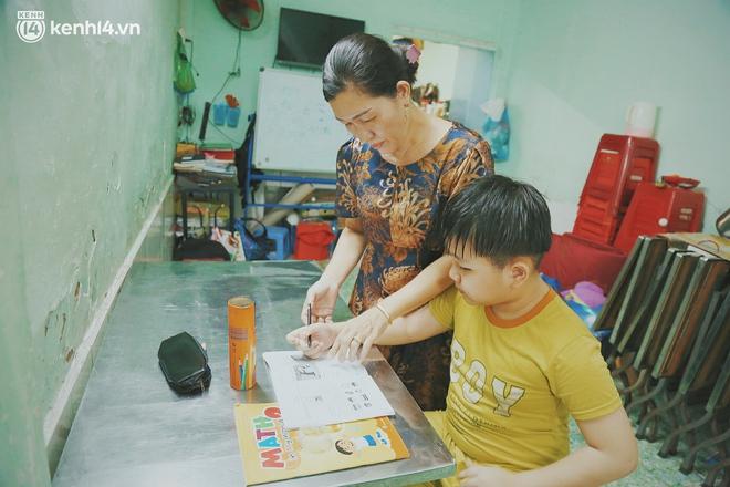 Ba mất sau khi nhiễm Covid-19, bé trai 8 tuổi xin mẹ đi tìm cây đèn thần để giúp ba hồi sinh - Ảnh 2.