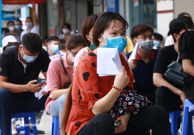 Hà Nội: Hàng trăm người mắc bệnh nền xếp hàng tiêm vắc-xin Covid-19 - ảnh 4