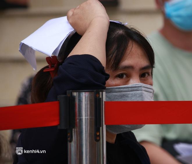 Hà Nội: Hàng trăm người mắc bệnh nền xếp hàng tiêm vắc-xin Covid-19 - ảnh 3