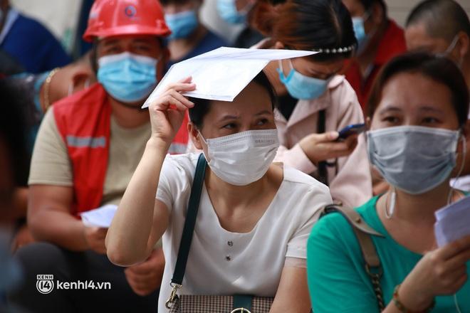 Hà Nội: Hàng trăm người mắc bệnh nền xếp hàng tiêm vắc-xin Covid-19 - ảnh 9