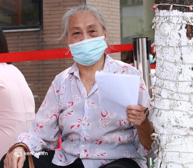Hà Nội: Hàng trăm người mắc bệnh nền xếp hàng tiêm vắc-xin Covid-19 - ảnh 5