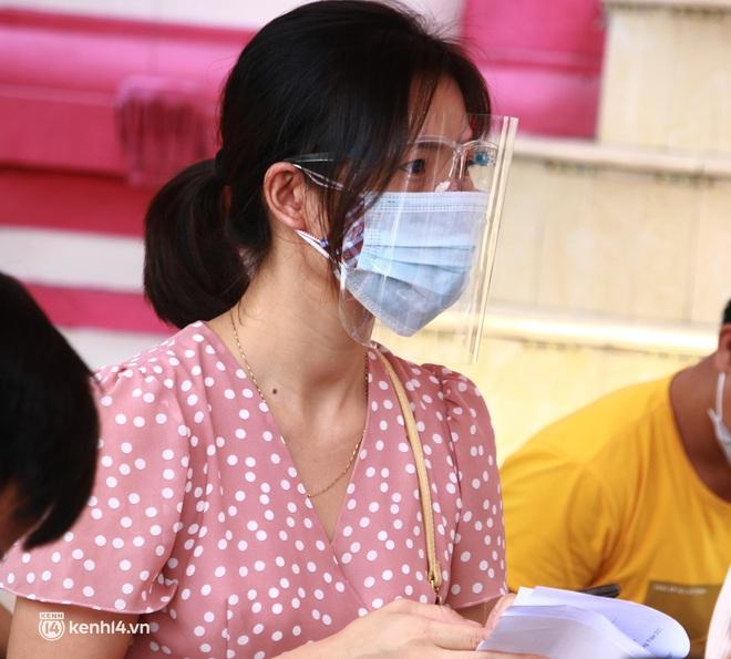 Hà Nội: Hàng trăm người mắc bệnh nền xếp hàng tiêm vắc-xin Covid-19 - ảnh 12