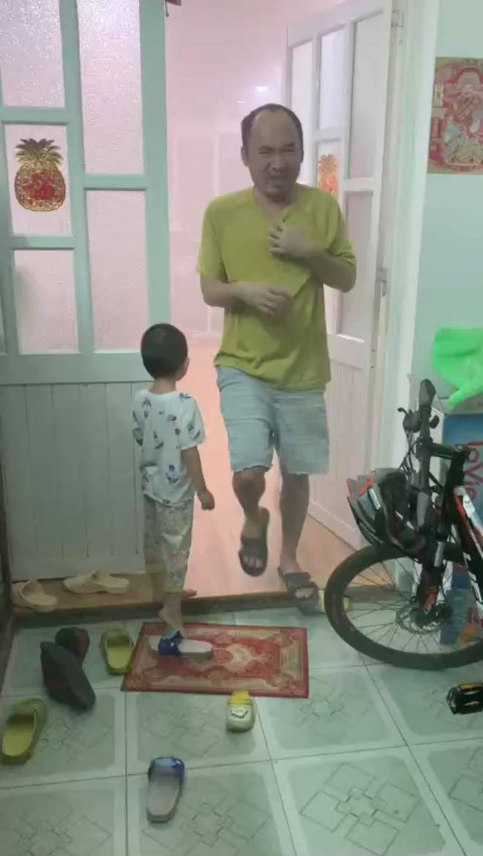 """Tiến Luật xin lỗi Thu Trang vì suýt làm cháy nhà, loạt ảnh """"chạy khói"""" trông rất thương nhưng biết lí do thì không nhịn được cười - Ảnh 2."""