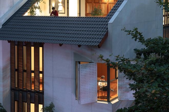 Nhà khoét mái 2 mặt tiền ở Hà Nội: Nhìn từ trên xuống đã trầm trồ, bước vào trong lại phải wow thêm tiếng nữa  - Ảnh 2.