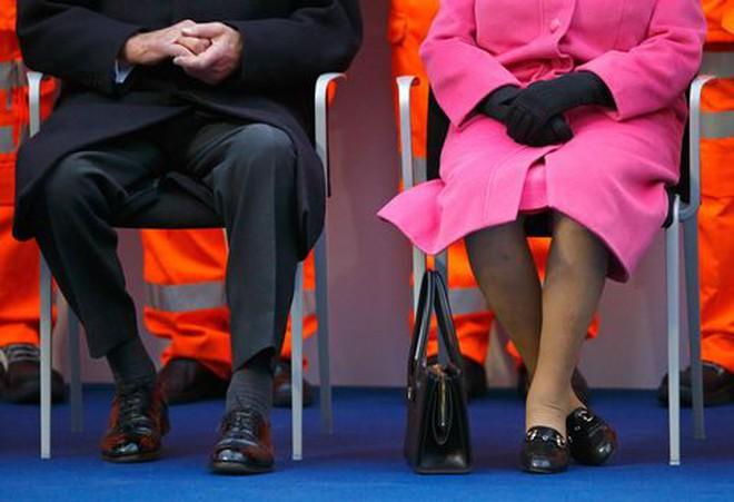 Ẩn ý trang phục của nữ hoàng Anh: Di chuyển nhẹ chiếc túi xách mà cũng khiến người ta sợ hãi! - Ảnh 3.