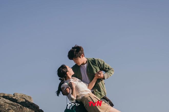 4 khoảnh khắc nhũn tim ở Hometown Cha-Cha-Cha: Shin Min Ah - Kim Seon Ho lăn giường ngọt lịm người luôn! - ảnh 2