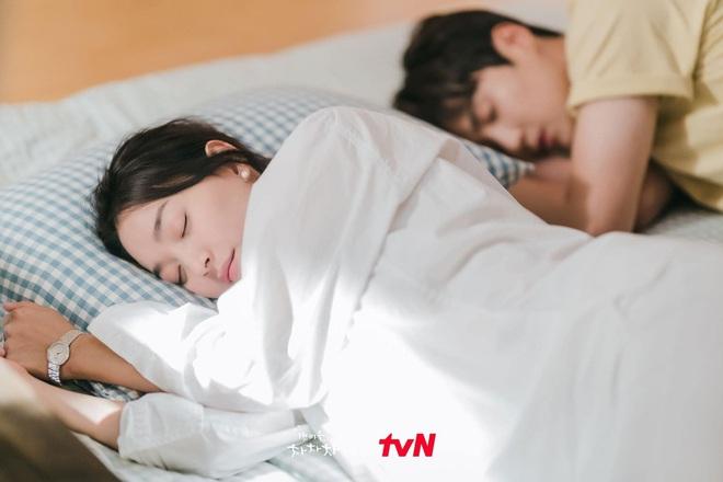 4 khoảnh khắc nhũn tim ở Hometown Cha-Cha-Cha: Shin Min Ah - Kim Seon Ho lăn giường ngọt lịm người luôn! - ảnh 7