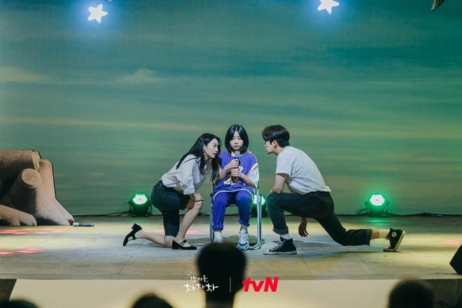 4 khoảnh khắc nhũn tim ở Hometown Cha-Cha-Cha: Shin Min Ah - Kim Seon Ho lăn giường ngọt lịm người luôn! - ảnh 9