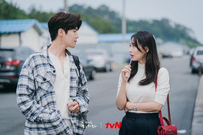 4 khoảnh khắc nhũn tim ở Hometown Cha-Cha-Cha: Shin Min Ah - Kim Seon Ho lăn giường ngọt lịm người luôn! - ảnh 1