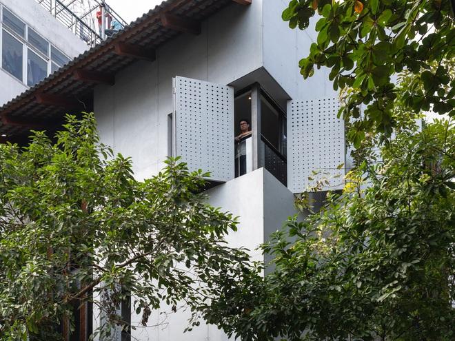 Nhà khoét mái 2 mặt tiền ở Hà Nội: Nhìn từ trên xuống đã trầm trồ, bước vào trong lại phải wow thêm tiếng nữa  - Ảnh 4.