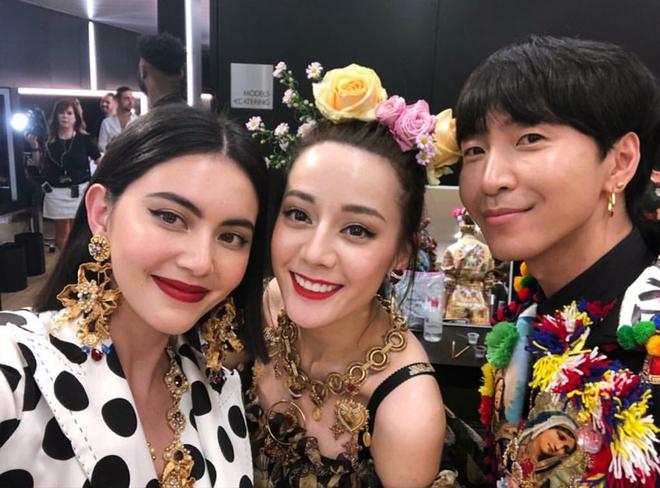 2 lần catwalk lên mood và tụt mood của Địch Lệ Nhiệt Ba, bị chê catwalk như đi chợ, lại lép vế rõ trước mỹ nhân châu Á này - ảnh 19
