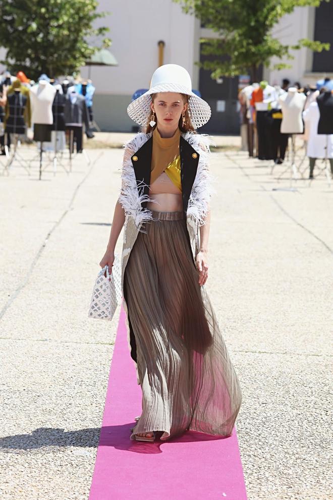 Xuất hiện NTK người Việt được debut ở Milan Fashion Week, đến bà đầm thép Anna Wintour cũng khen ngợi, siêu mẫu Naomi Campbell muốn mặc thử đồ - ảnh 11