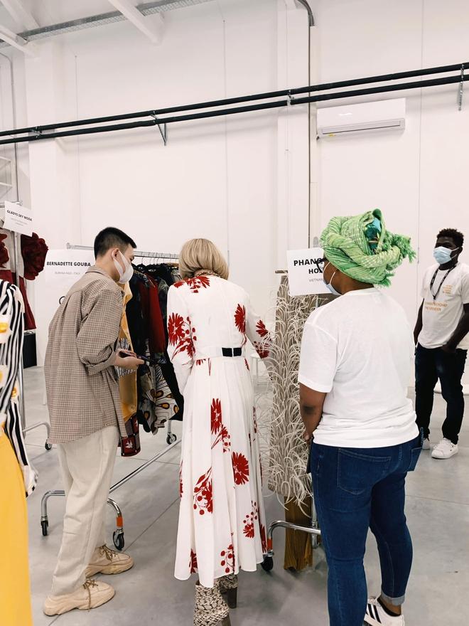 Xuất hiện NTK người Việt được debut ở Milan Fashion Week, đến bà đầm thép Anna Wintour cũng khen ngợi, siêu mẫu Naomi Campbell muốn mặc thử đồ - Ảnh 3.