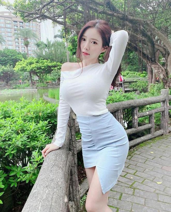 Cô gia sư bị chỉ trích mặc như không vì... vị trí đặt dây đeo túi xách - ảnh 9
