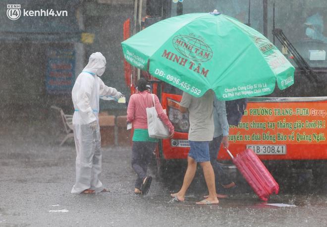 Hàng trăm bà bầu đội mưa, đợi xe về Quảng Ngãi sau bao ngày trông ngóng: Được về là tốt lắm rồi - ảnh 18