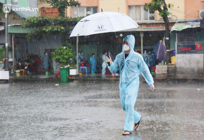 Hàng trăm bà bầu đội mưa, đợi xe về Quảng Ngãi sau bao ngày trông ngóng: Được về là tốt lắm rồi - ảnh 19