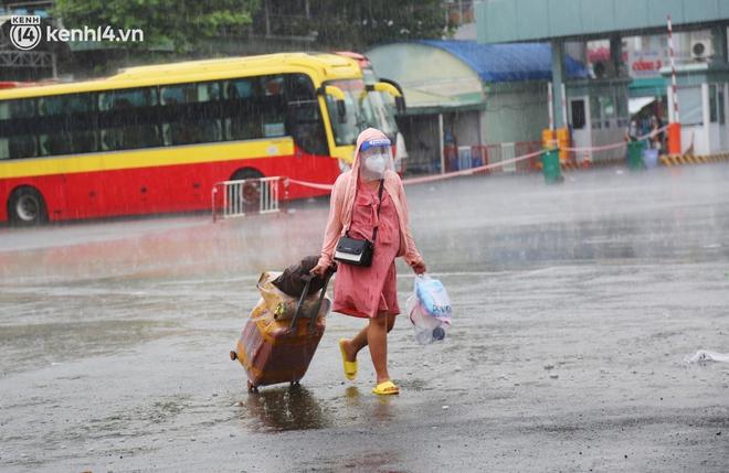 Hàng trăm bà bầu đội mưa, đợi xe về Quảng Ngãi sau bao ngày trông ngóng: Được về là tốt lắm rồi - ảnh 8