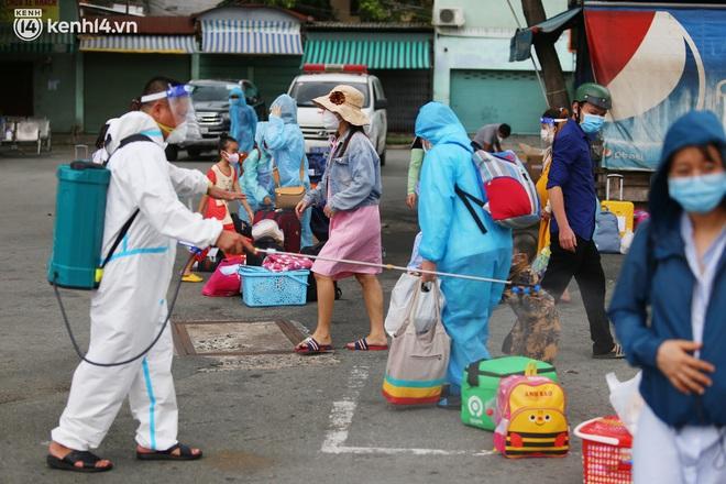 Hàng trăm bà bầu đội mưa, đợi xe về Quảng Ngãi sau bao ngày trông ngóng: Được về là tốt lắm rồi - ảnh 14
