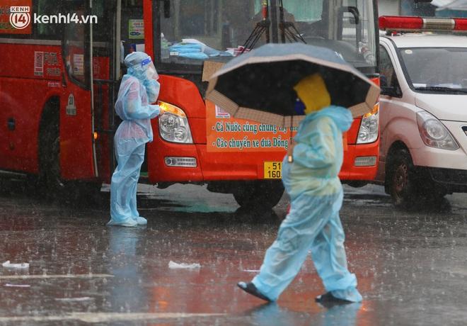 Hàng trăm bà bầu đội mưa, đợi xe về Quảng Ngãi sau bao ngày trông ngóng: Được về là tốt lắm rồi - ảnh 21