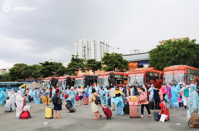 Hàng trăm bà bầu đội mưa, đợi xe về Quảng Ngãi sau bao ngày trông ngóng: Được về là tốt lắm rồi - ảnh 1
