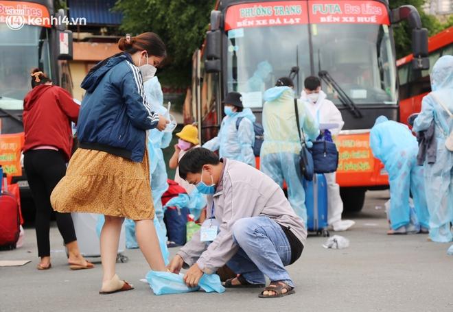 Hàng trăm bà bầu đội mưa, đợi xe về Quảng Ngãi sau bao ngày trông ngóng: Được về là tốt lắm rồi - ảnh 15