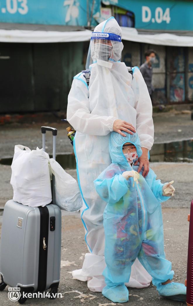 Hàng trăm bà bầu đội mưa, đợi xe về Quảng Ngãi sau bao ngày trông ngóng: Được về là tốt lắm rồi - ảnh 11