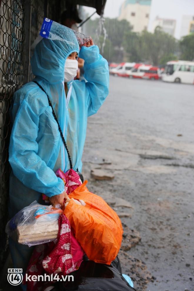 Hàng trăm bà bầu đội mưa, đợi xe về Quảng Ngãi sau bao ngày trông ngóng: Được về là tốt lắm rồi - ảnh 7