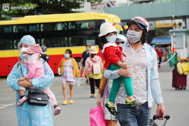 Hàng trăm bà bầu đội mưa, đợi xe về Quảng Ngãi sau bao ngày trông ngóng: Được về là tốt lắm rồi - ảnh 10