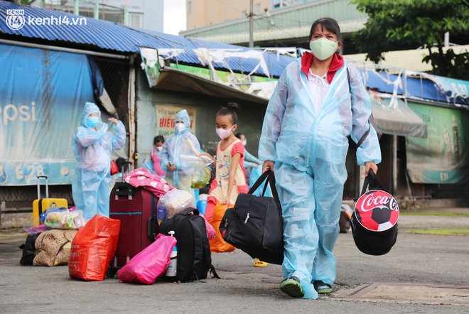 Hàng trăm bà bầu đội mưa, đợi xe về Quảng Ngãi sau bao ngày trông ngóng: Được về là tốt lắm rồi - ảnh 3