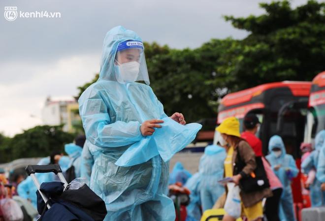 Hàng trăm bà bầu đội mưa, đợi xe về Quảng Ngãi sau bao ngày trông ngóng: Được về là tốt lắm rồi - ảnh 16