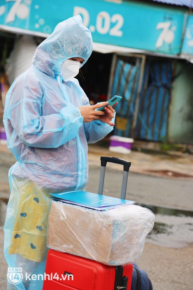 Hàng trăm bà bầu đội mưa, đợi xe về Quảng Ngãi sau bao ngày trông ngóng: Được về là tốt lắm rồi - ảnh 2
