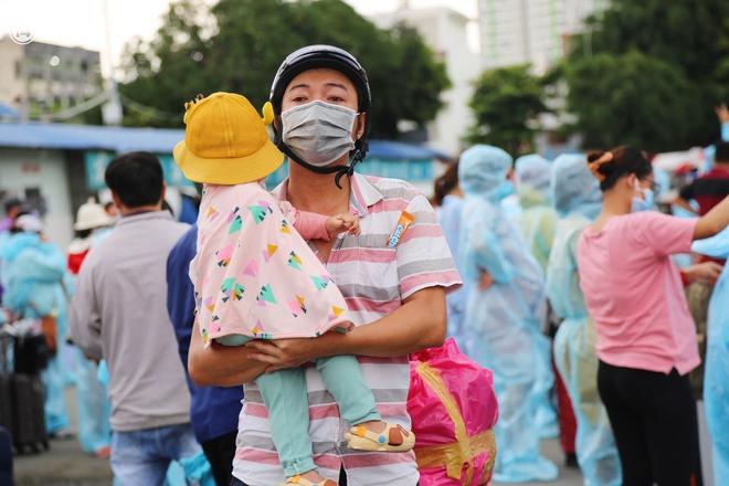 Hàng trăm bà bầu đội mưa, đợi xe về Quảng Ngãi sau bao ngày trông ngóng: Được về là tốt lắm rồi - ảnh 12
