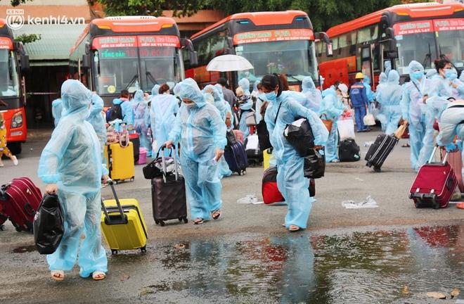 Hàng trăm bà bầu đội mưa, đợi xe về Quảng Ngãi sau bao ngày trông ngóng: Được về là tốt lắm rồi - ảnh 5