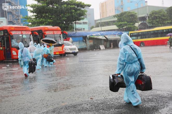 Hàng trăm bà bầu đội mưa, đợi xe về Quảng Ngãi sau bao ngày trông ngóng: Được về là tốt lắm rồi - ảnh 20