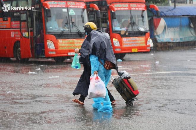 Hàng trăm bà bầu đội mưa, đợi xe về Quảng Ngãi sau bao ngày trông ngóng: Được về là tốt lắm rồi - ảnh 6
