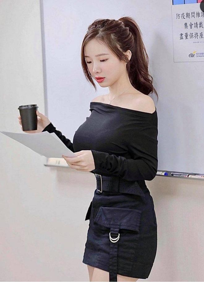 Cô gia sư bị chỉ trích mặc như không vì... vị trí đặt dây đeo túi xách - ảnh 6