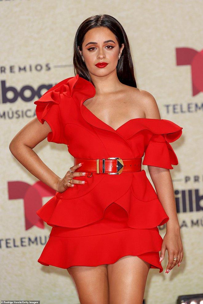Thảm đỏ Billboard Latin: Camila lột xác át cả Hoa hậu Hoàn vũ, dàn mỹ nhân đua nhau phô body xôi thịt lộ cả điểm nhạy cảm - Ảnh 3.