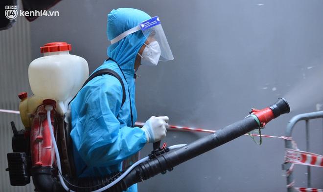 """Hà Nội: Đi từng ngõ, ngách phun khử khuẩn tại """"ổ dịch"""" Thanh Xuân Trung chuẩn bị đón hơn 1.100 người trở về - Ảnh 4."""