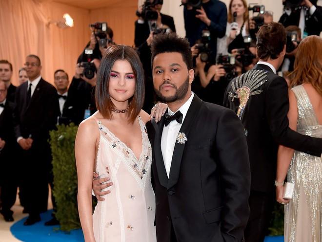 Selena Gomez có 2 thảm đỏ huyền thoại năm 2017: Lột xác nhờ lần đầu nhuộm bạch kim đến táo bạo hôn The Weeknd đại náo Met Gala - ảnh 14