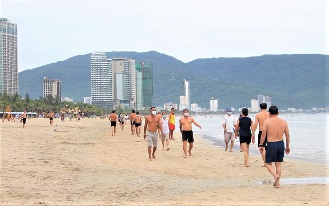 Người dân Đà Nẵng được tắm biển, đi chợ, các cơ sở cắt tóc, gội đầu hoạt động trở lại từ 0h ngày 30/9 - ảnh 3