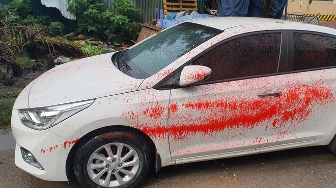 Hà Nội: Hàng loạt xe ô tô bị tạt sơn đỏ trong Khu đô thị Trung Văn - Ảnh 1.